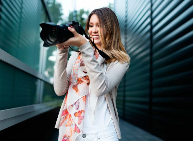 woman-is-a-professional-photographer-with-dslr-cam-B3XUS4E